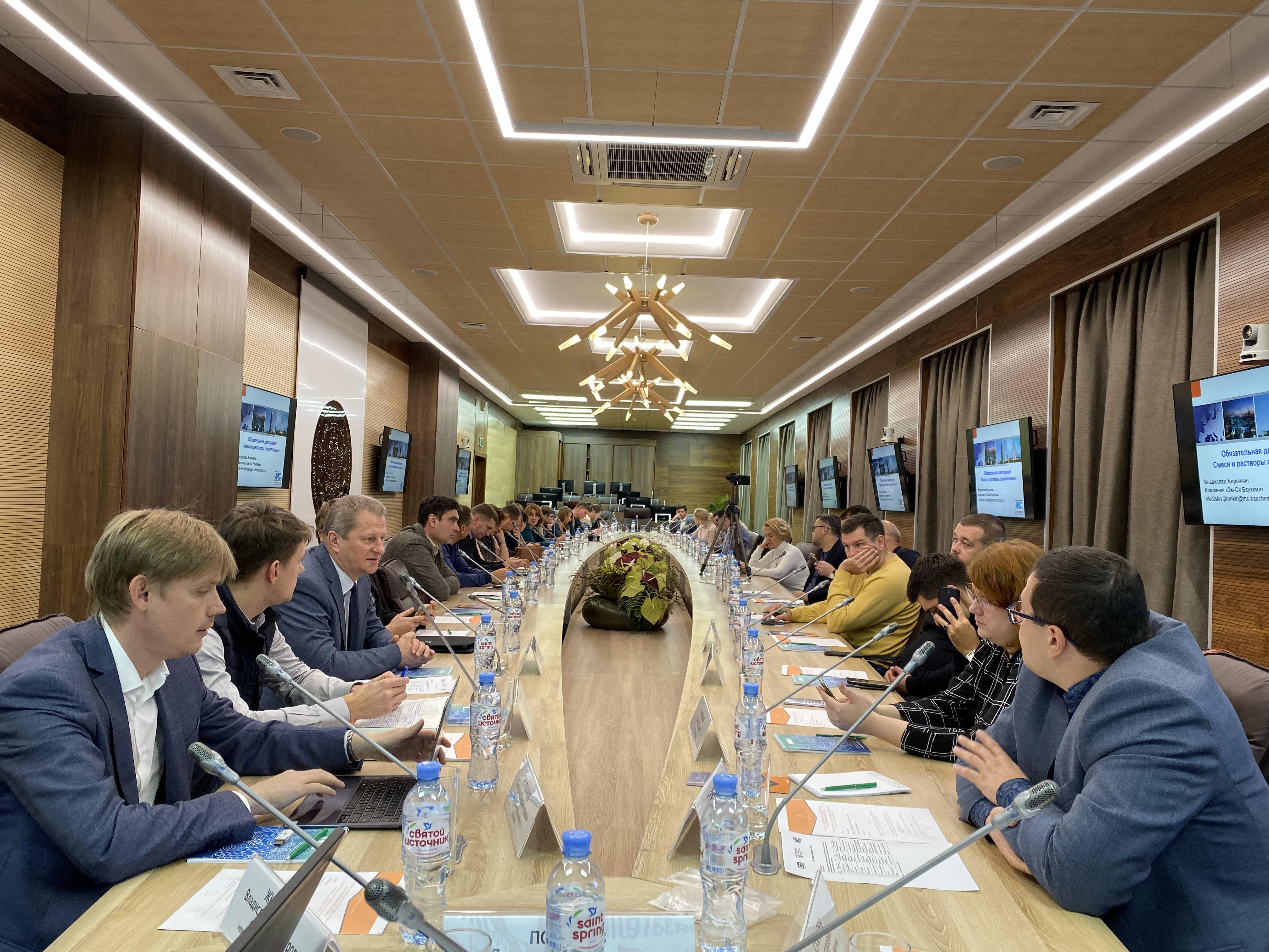 Президент Союза производителей бетона Дмитрий Пожаров выступил с докладом на круглом столе в Санкт-Петербурге