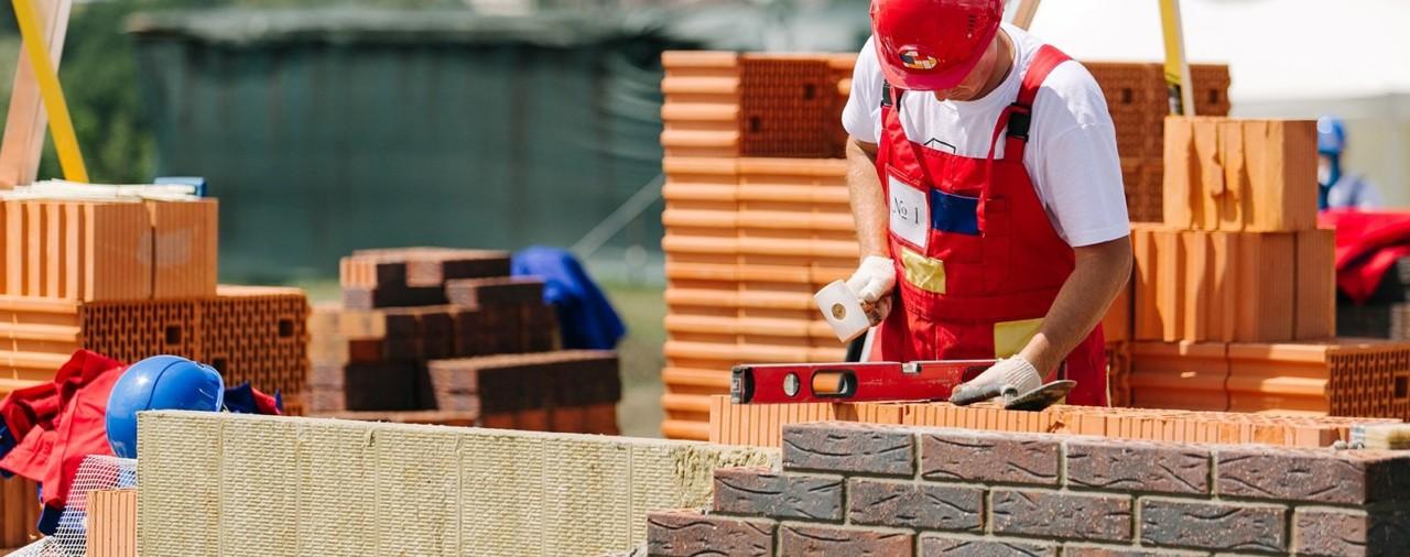 В Москве пообещали сохранить строителям зарплаты после остановки работ