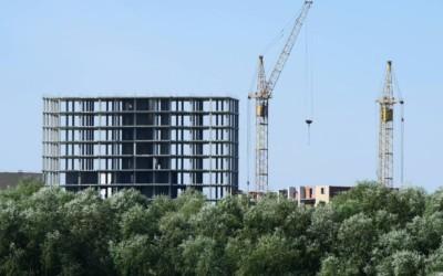Объем текущего строительства жилья в России упал на 28%